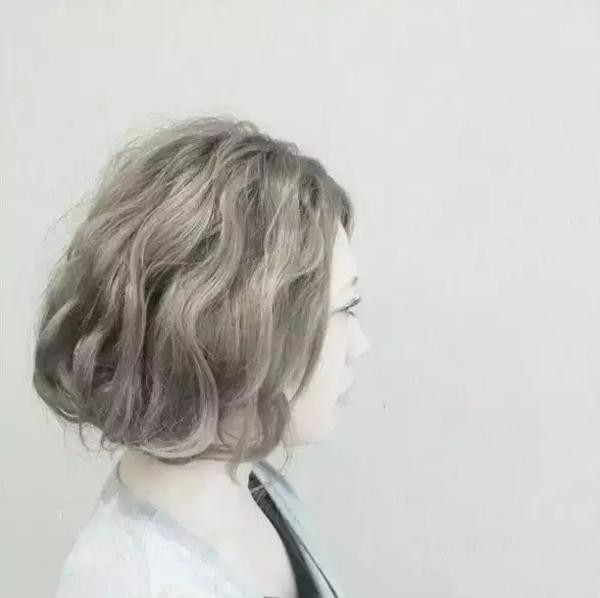 把头发错分成两股,发尾三分之一用皮筋扎好;左又两股头发交叉