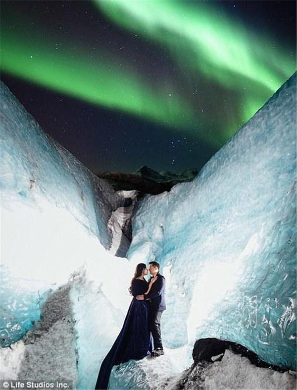 加拿大夫妇远赴冰岛拍婚纱照