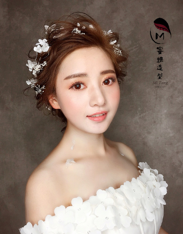 清新干净的妆面,完美演绎夏日的浪漫.甜美新娘,沁人心脾.