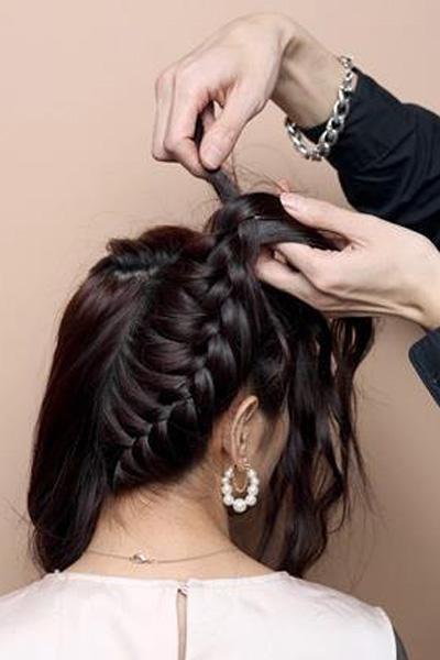 新娘盘发教程图解步骤二:     逆向打造,碎发都要归拢在图片