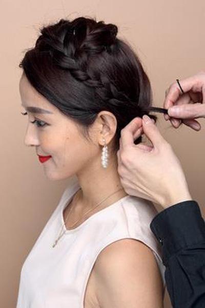步骤三    新娘盘发教程图解步骤三:    将所有头发都编到发辫中.图片