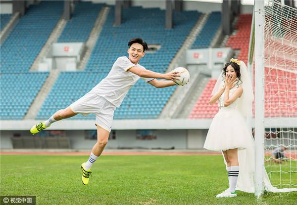 因足球相识相恋 情侣球迷拍球场婚纱照图片