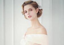 浪漫粉色新娘礼服 搭配唯美花朵更显优美曲线