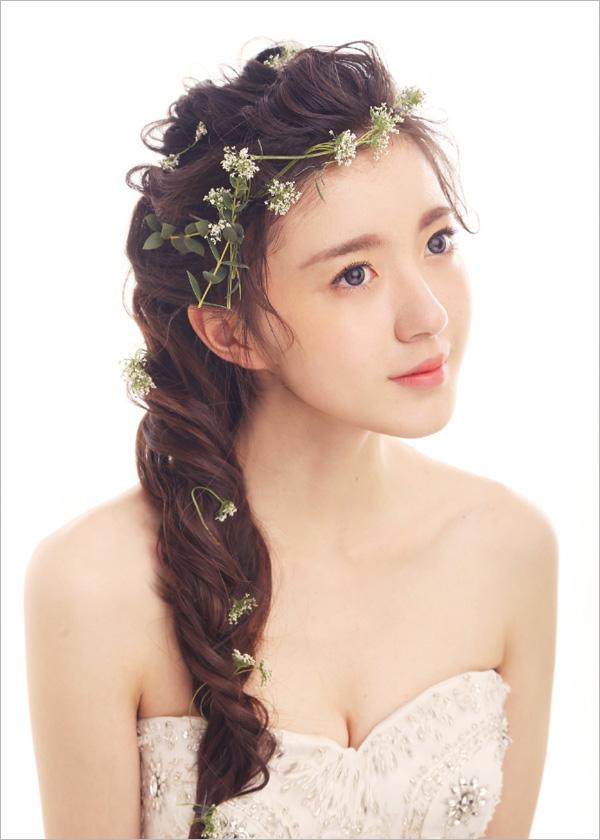 甜美俏皮的发型配上小碎花,既不失清新,也不失优雅.