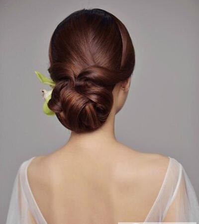 新娘的盘发发型最适合搭配头纱的发型,现在不管是中式还是西式,对图片