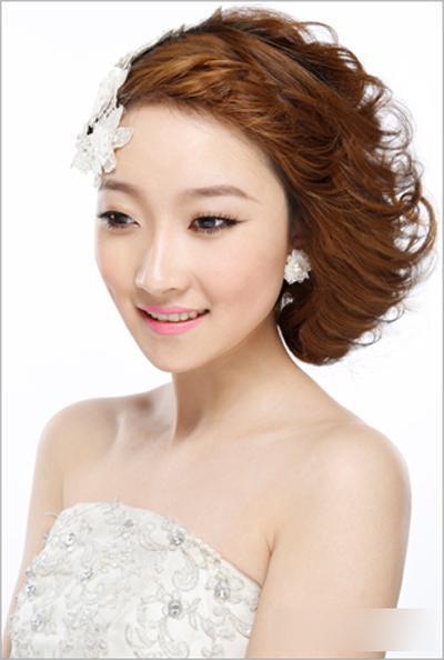 新娘发型步骤图解1,取出顶区头发分少许发片进行