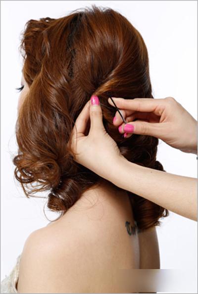 新娘发型步骤图解2,把刘海区三七分,将刘海区一边的头发利用两股拧图片