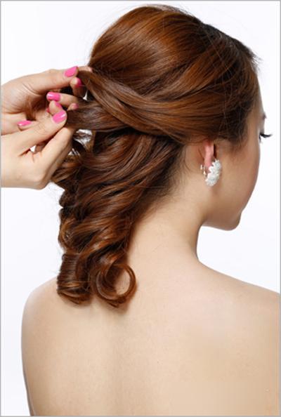 新娘发型步骤图解3,把刘海区的头发外翻烫卷