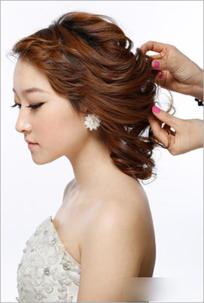 新娘发型步骤图解5、佩戴上立体的蕾丝饰品,使整体造型上看去简约图片