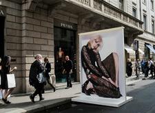 最会拍人物的摄影师在大街上开摄影展 引路人围观