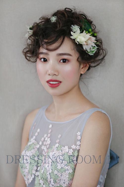 新娘造型创意时尚 鲜花点缀展现浪漫唯美图片