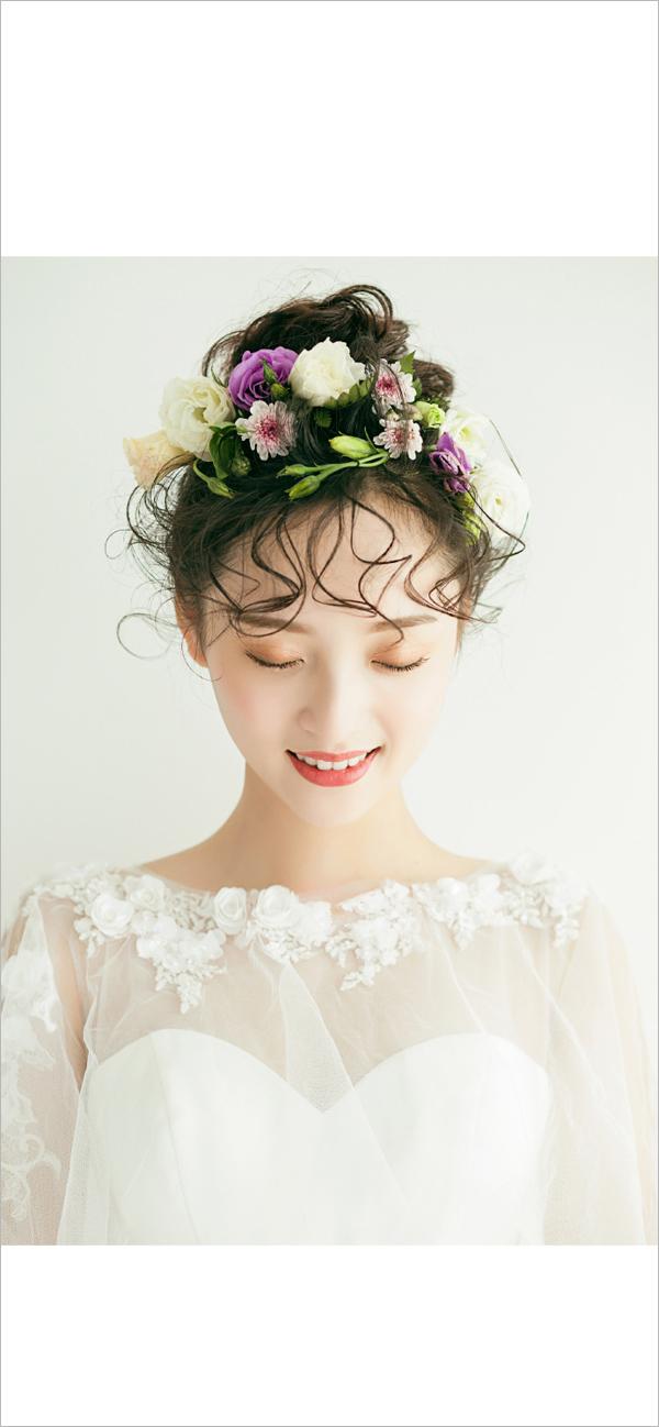 唯美的空气刘海,很好的修饰了额头。简单的将长发扎起,女生淡淡的笑容,看起来十分的甜美可人,更加的吸人眼球。