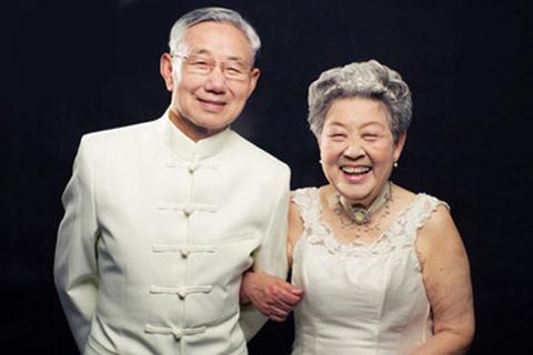 白发老人拍婚照,讲述婚纱照背后的故事