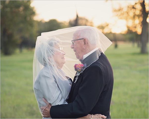 """现年90岁的Ferris与比自己小一岁的Margaret Romaire在1946年结婚,不过由于婚礼过程简单,且到场嘉宾手中都没有相机,两位新人当时并没有拍摄自己的婚纱照。就这样一转眼过去了70年,身为摄影师的孙女Lara Carter终于在两位老人结婚纪念日的当天,帮他们完成了这一多年未尽的夙愿,并亲自为他们拍摄了这套""""迟到的""""婚纱照。"""