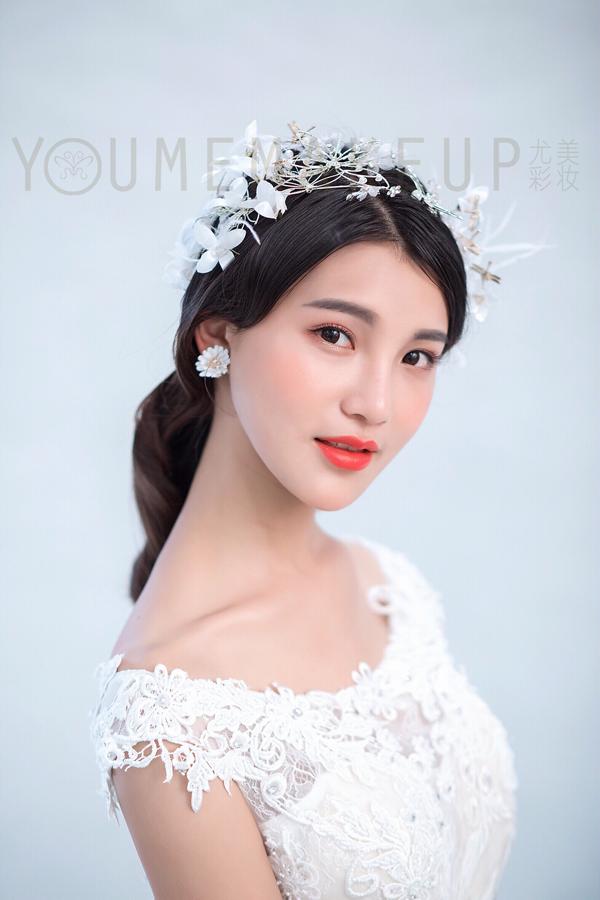新娘头饰,是婚礼上新娘配饰装扮整个造型的细节,新娘们喜爱搭配些
