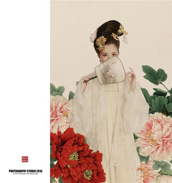 分享一组古风摄影工笔画后期作品——簪花仕女·白牡丹,工笔画注重线条感,可以精致细腻描绘人物和环境,运用到摄影中的工笔画效果使人物线条更加细腻,色彩唯美典雅,环境静谧安详,具有浓郁的中国民族色彩审美意趣。