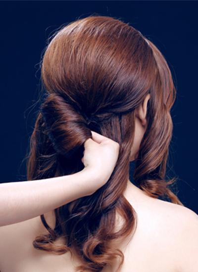 韩式新娘盘发发型图解步骤二