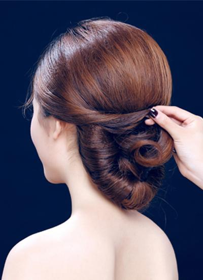 韩式新娘盘发发型图解步骤四