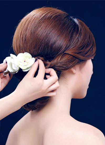 韩式新娘盘发步骤 打造优雅大气的新娘造型
