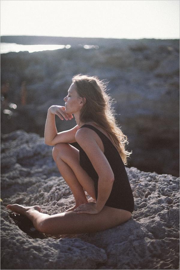 西班牙摄影师Martina Matencio自然光线下拍摄出忧愁的性感人像
