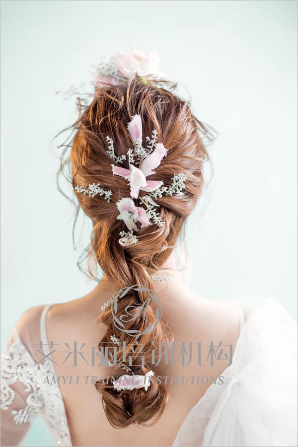韩式抽丝盘发造型 鲜花簇拥娇媚新娘图片