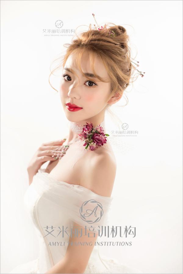 一款惊艳的造型能在婚礼上闪亮全场,成就美丽新娘梦幻般的童话,在鬓角处加上几朵鲜花发饰,甜美度直线上升。