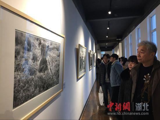彭年生人像摄影展在武汉举行 用镜头记录时代印记