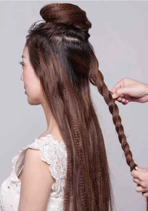 取枕骨的一片头发用两股拧绳的方式将头发拧完,用手将头发丝抽松