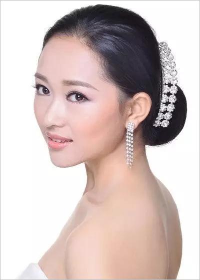 卷筒盘发新娘发型步骤 彰显东方女性之美