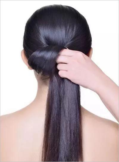 步骤四:将脑后一缕头发做向上卷筒