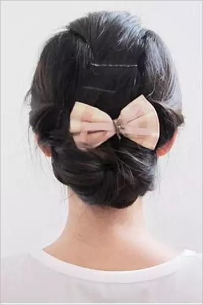 步骤十五最后别上蝴蝶结或者是喜欢的发饰