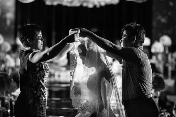 那些婚礼上让人看了感人的瞬间!