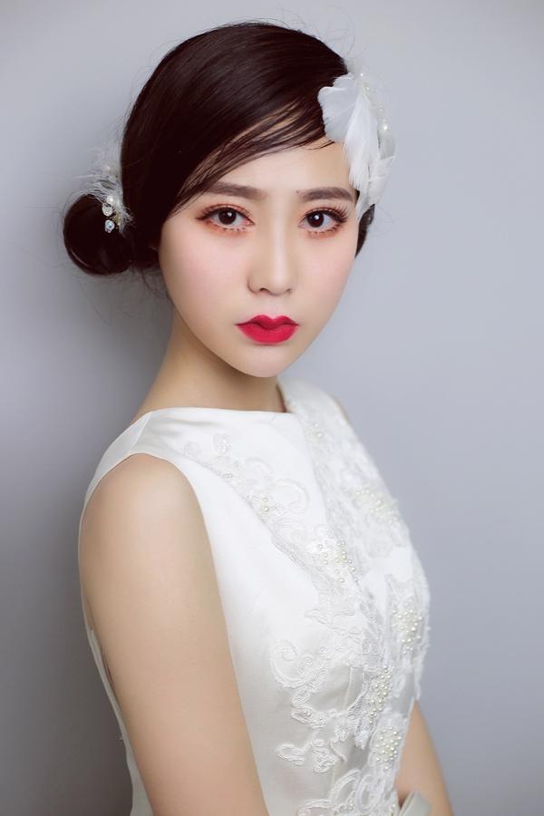 充满仙气的新娘头饰 衬托出新娘的娇媚和柔美图片