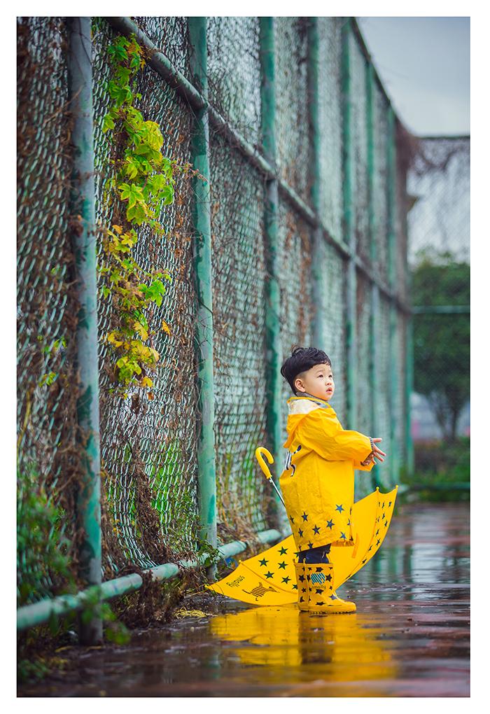 下雨天的篮球场 儿童摄影