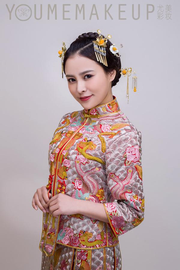 传统的中式新娘妆发型图片下面是中式新娘妆发型图片,请欣赏:中式