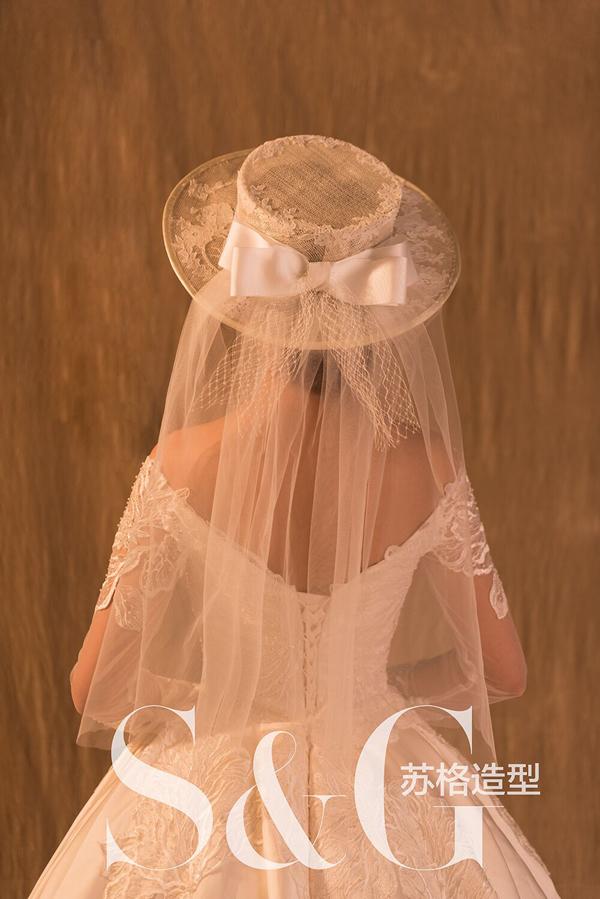 充满浪漫唯美的欧式复古帽饰造型,呈现出千般风情,万般柔情蜜意,复古是一种情怀,更是那个年代的一种姿态!