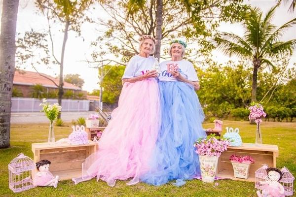 摄影师为100岁双胞胎姐妹拍写真 画面美呆了