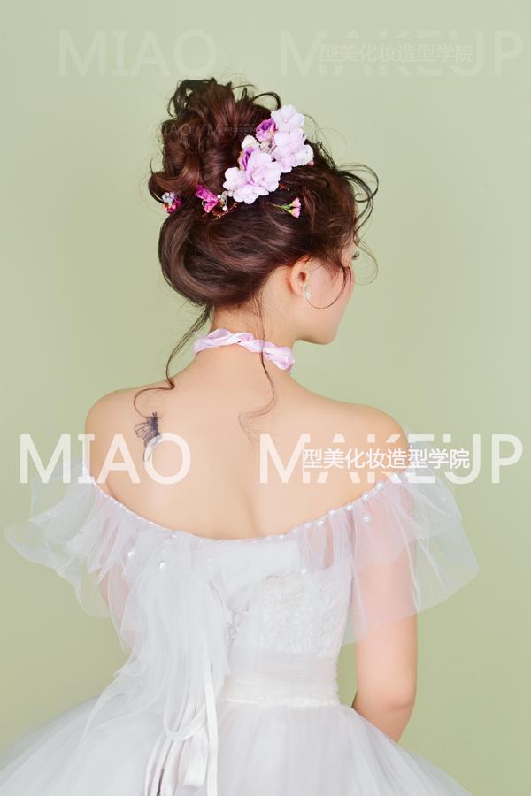 让花草随意点缀于发丝间,清新的鲜花造型,俏皮可爱,浪漫唯美的花漾