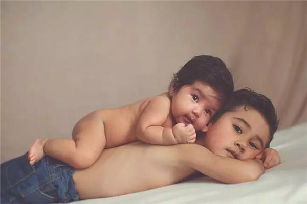 齐乐娱乐:兄妹俩的亲密的触感