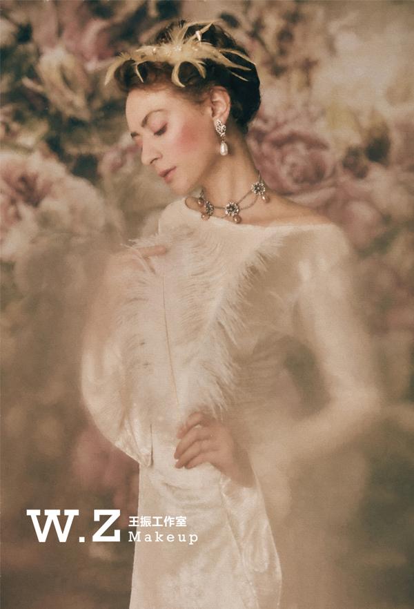 宫廷风显得格外与众不同,展现出现代的年轻人追求时尚的个性,欧式花边礼裙搭配着粉色的鲜花发饰,一股浓浓的清新田园气息扑面而来,复古宫廷风充满了古典气息,给人一种独特的感觉,造型设计新颖时尚,展现出性感妩媚优雅华贵,充满了一种独特的美感。