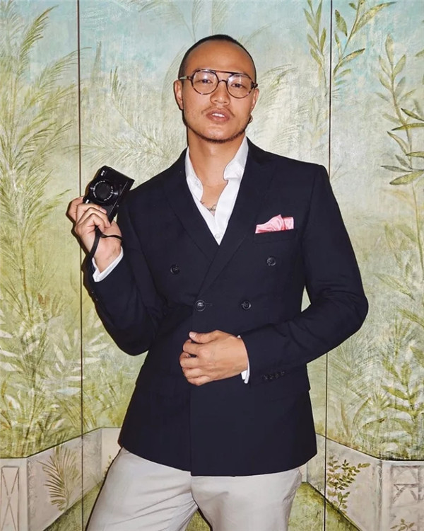 他把照片拍得像电影一样,还把身材练得像男模!