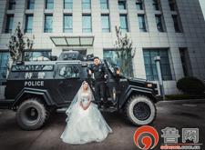 菏泽一特警巡逻车旁补拍婚纱照 拍完继续巡逻