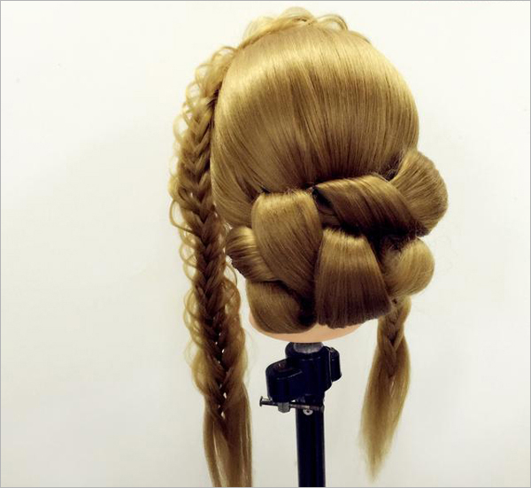 韩式新娘盘发步骤,详尽又简单的韩式盘发图解,将让你快速了解清新甜美盘发的DIY方法。   ***步:刘海区鱼骨辫不动 利用后区头发分为一片外翻固定    第二步:把外翻剩余的头发再外翻以手打卷固定    第三步:后区所有剩余的头发分发片外翻 手打卷进行固定