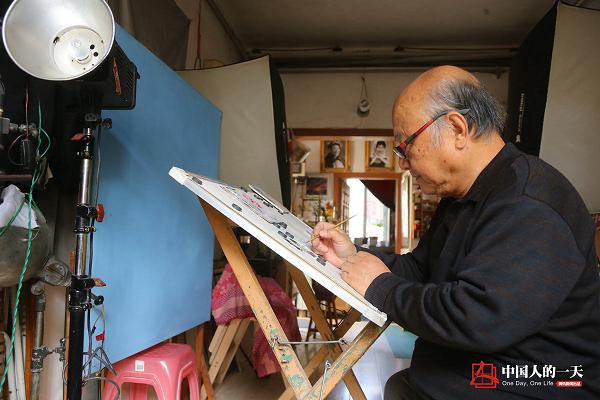 这位老人开了家照相馆 专门帮人修补破碎的记忆