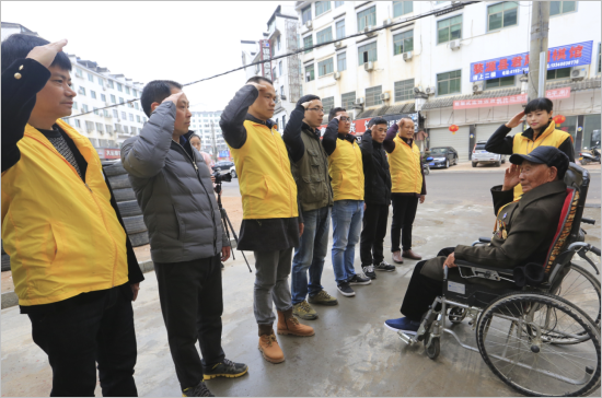 江西年轻摄影师为婺源抗战老兵拍摄公益全家福