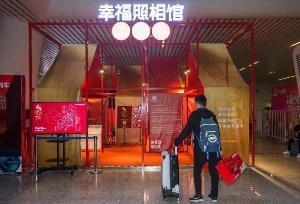 """杭州火车东站设""""幸福照相馆"""" 免费为旅客拍全家福"""