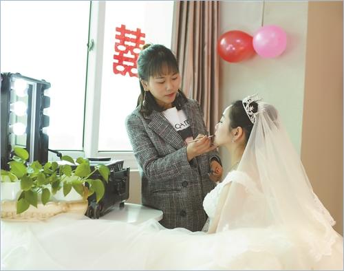 台州新娘跟妆师日薪最高超3000 资历口碑是本钱