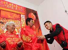 重庆龙摄影公司免费为1000余对贫困户夫妇拍婚纱照
