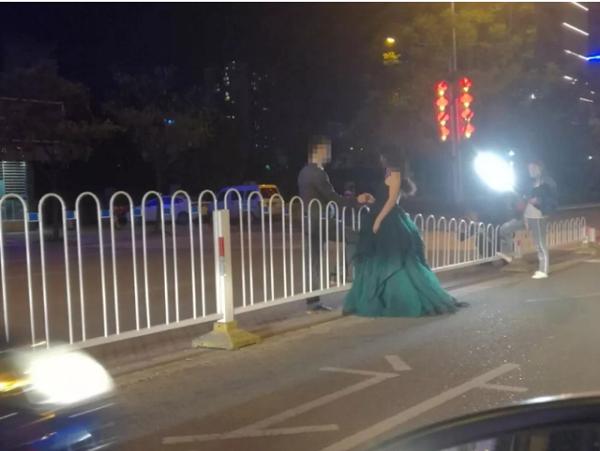 湖北恩施一对新人夜晚在马路中间拍婚纱照 被市民举报