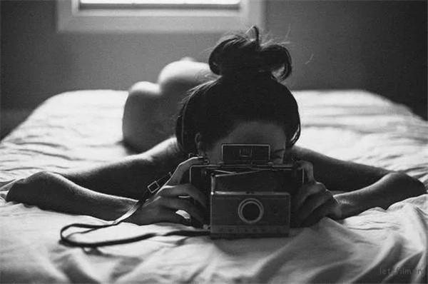 当姑娘们拿起相机
